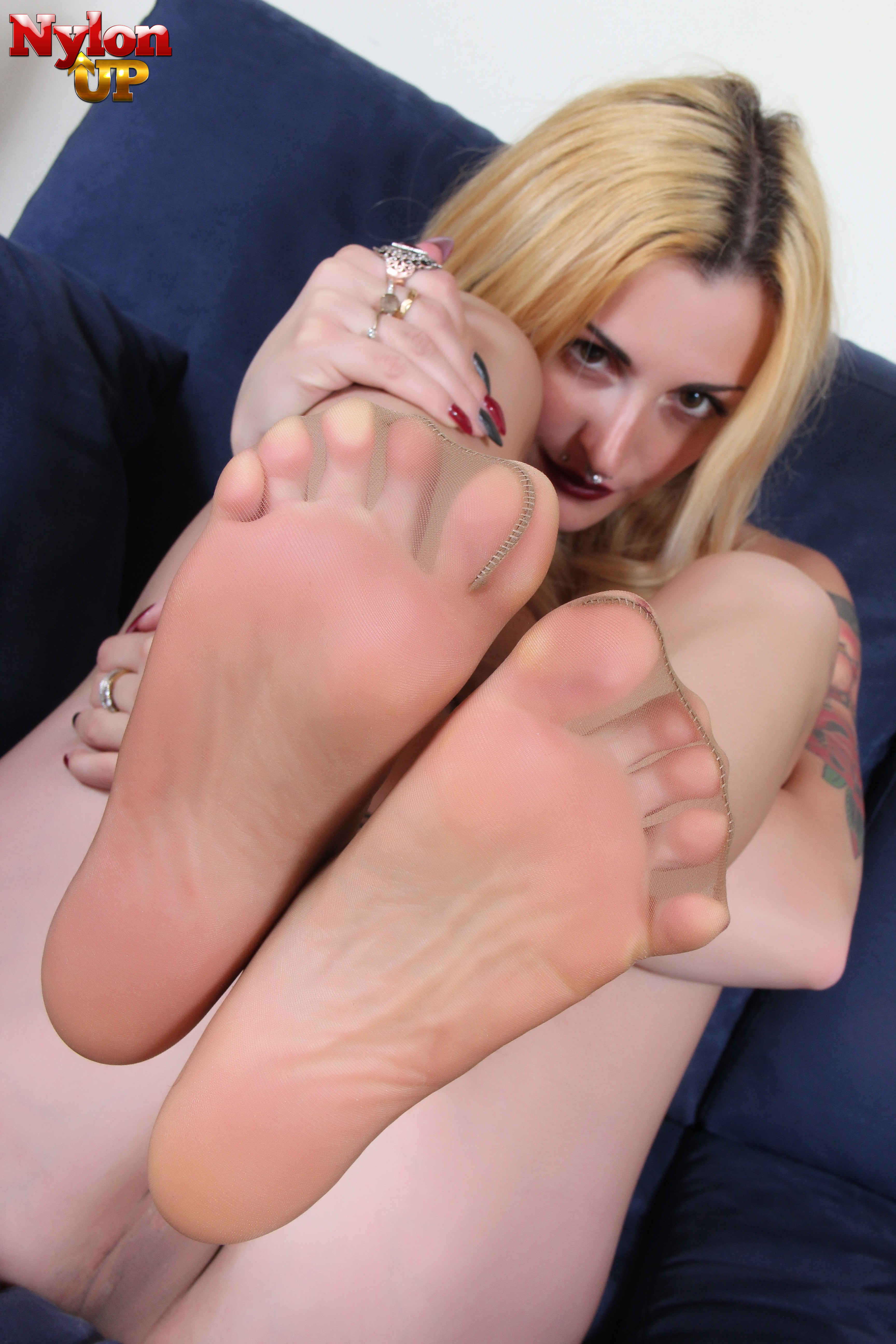 blonde-sexy-feet-in-water
